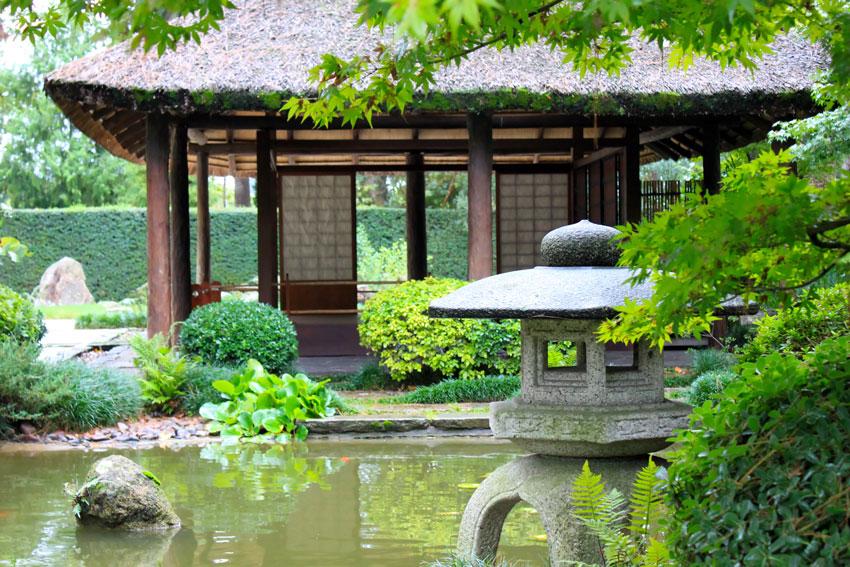Giardino orientale con le laghetto, stile giapponese.