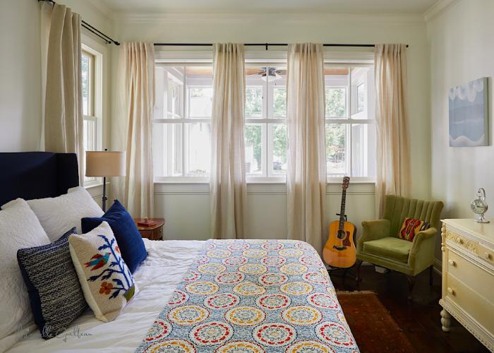 La camera da letto con i colori autunnali
