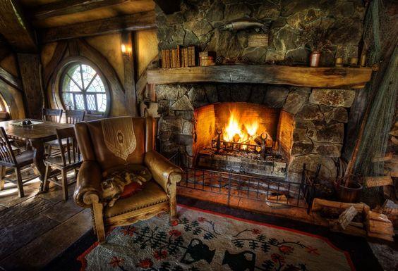 Interno rustico con bellissimo camino in pietra e legno.