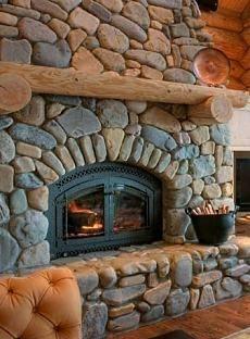 Un bel camino rustico rivestito di pietra, ideale per una casa in montagna.