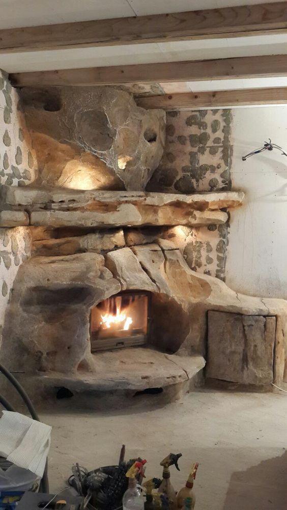 Camino rustico originale con rivestimento in pietra.