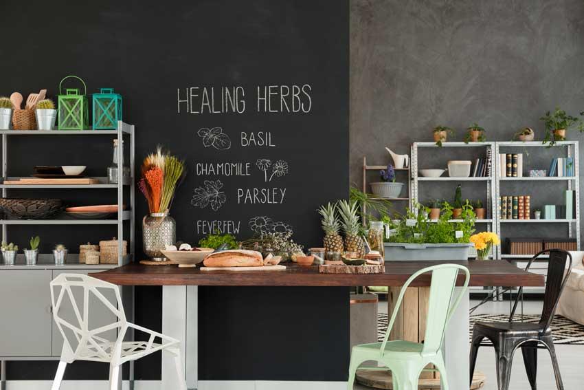 Cucina moderna con parete effetto lavagna.