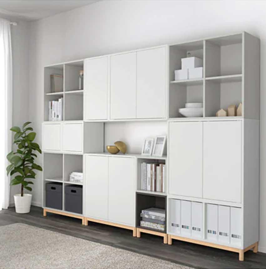 Le Mensole IKEA Eket diventano una parete attrezzata moderna in soggiorno