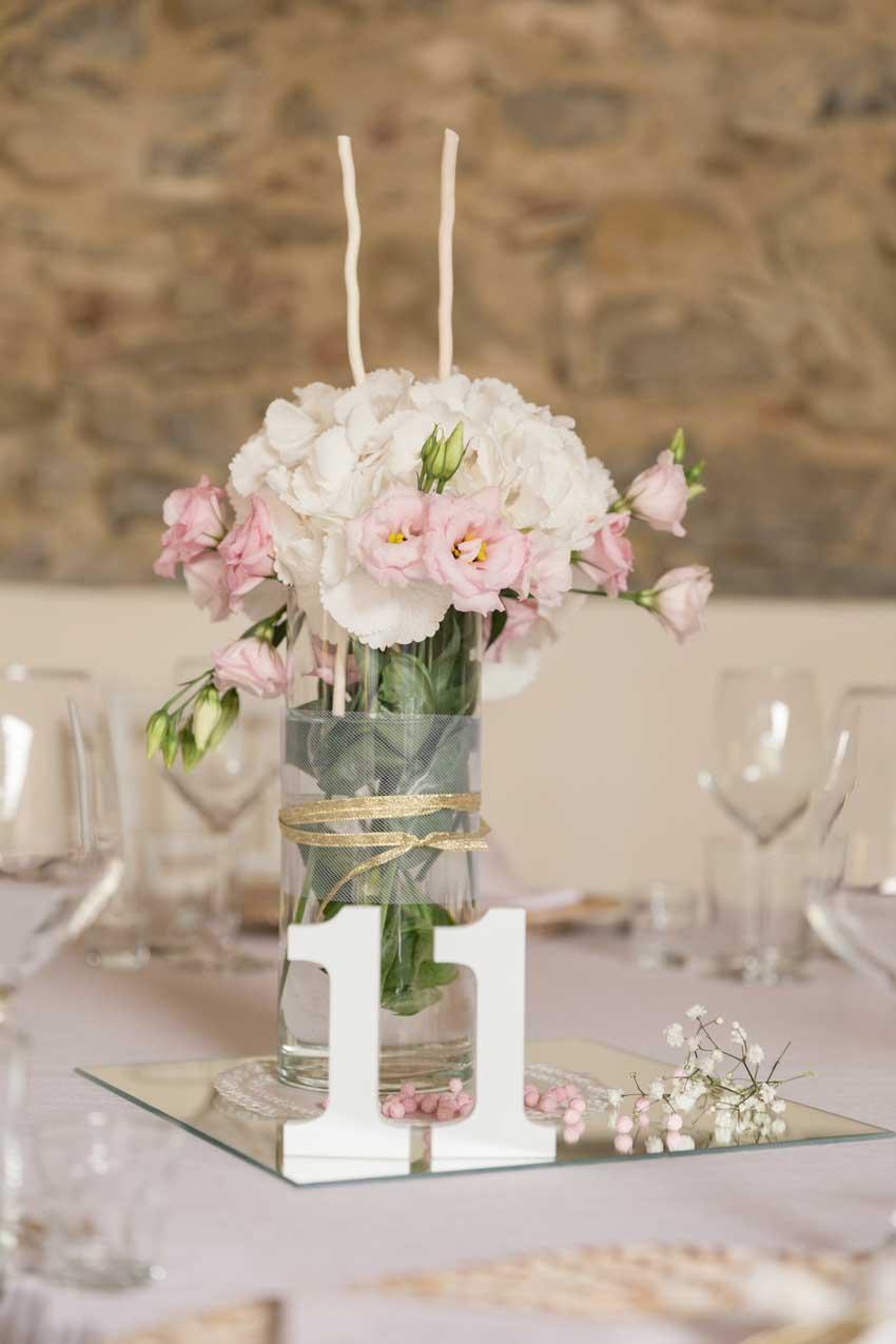 segnaposto che fa parte integrante del centrotavola con bouquet di fiori