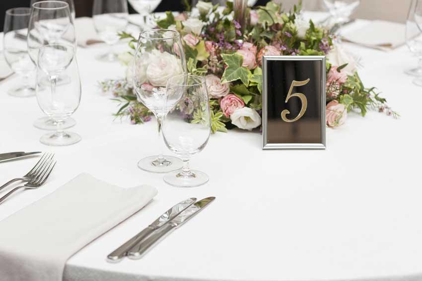 segnaposto elegante per matrimonio con cornice sfondo nero e scritta oro