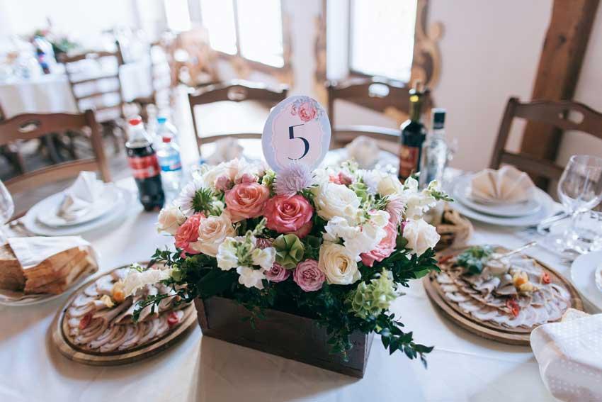 segnaposto integrato al bouquet di fiori al centrotavola