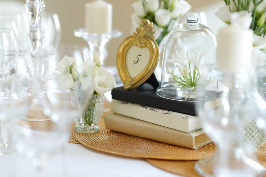 bellissimo segnaposto matrimonio con libri e cornice, stile vintage