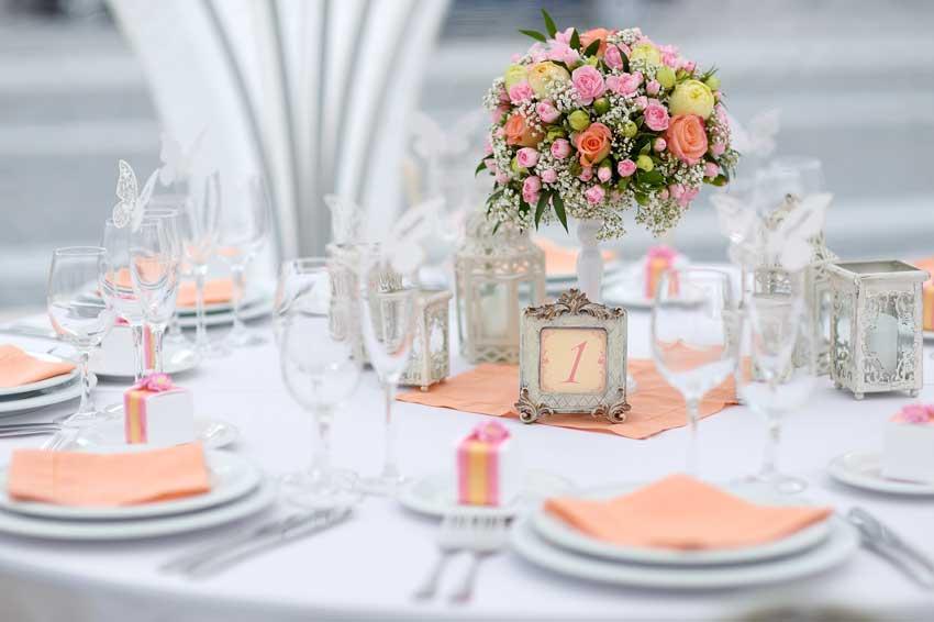 centrotavola matrimonio e segnaposto, bellissimo abbinamento di color pesca con cornice e tovagle
