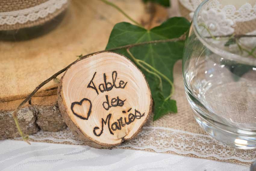 una rondella di legno per un segnaposto rustico per matrimonio