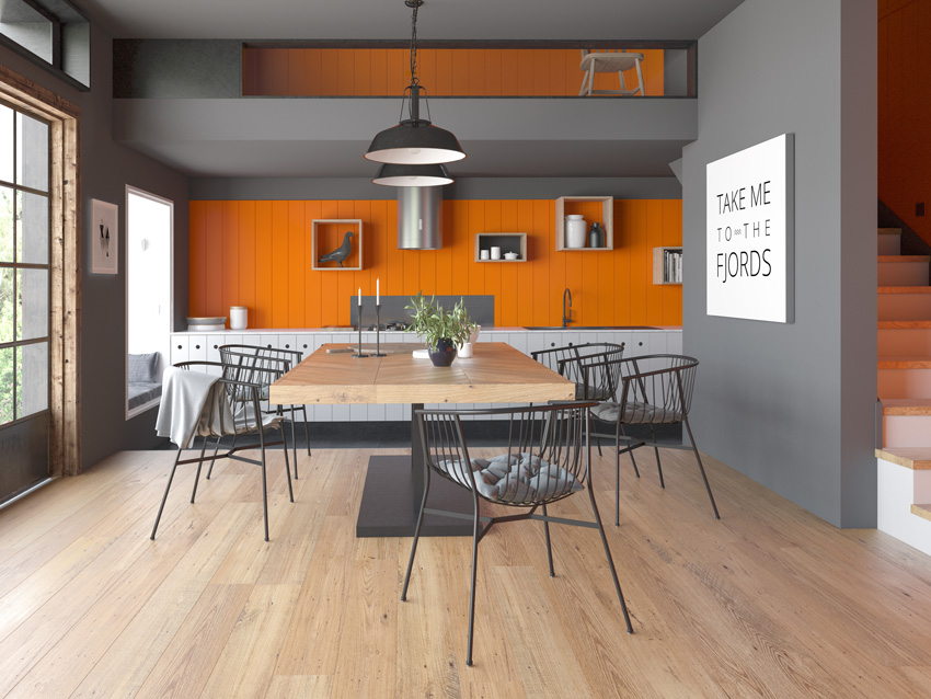 Cucina lineare colorata grigia e arancione, bellissimo tavolo centrale in legno.