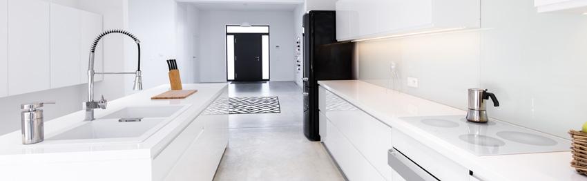 cucina bianca in stile moderno spezzato con frigorifero di colore nero.