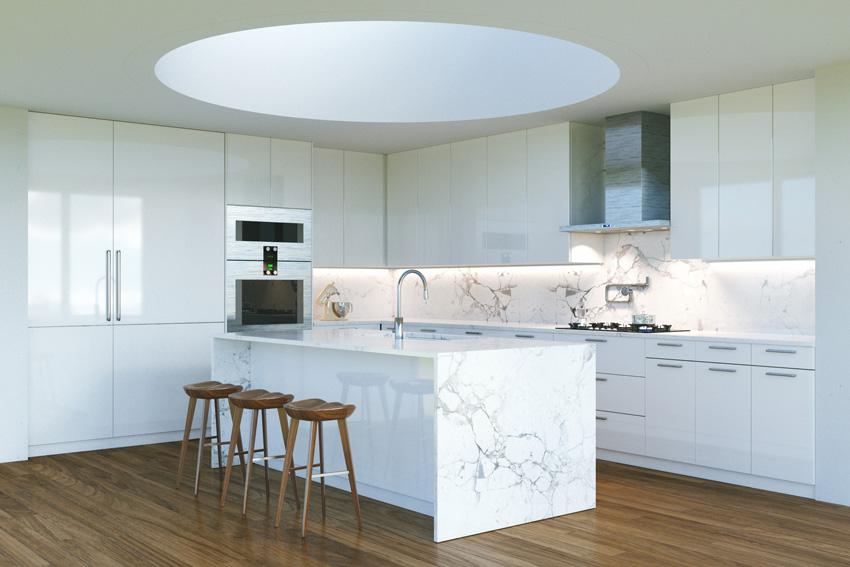 bella cucina bianca con isola e paraschizzi in marmo, illuminazione led sotto i pensili.