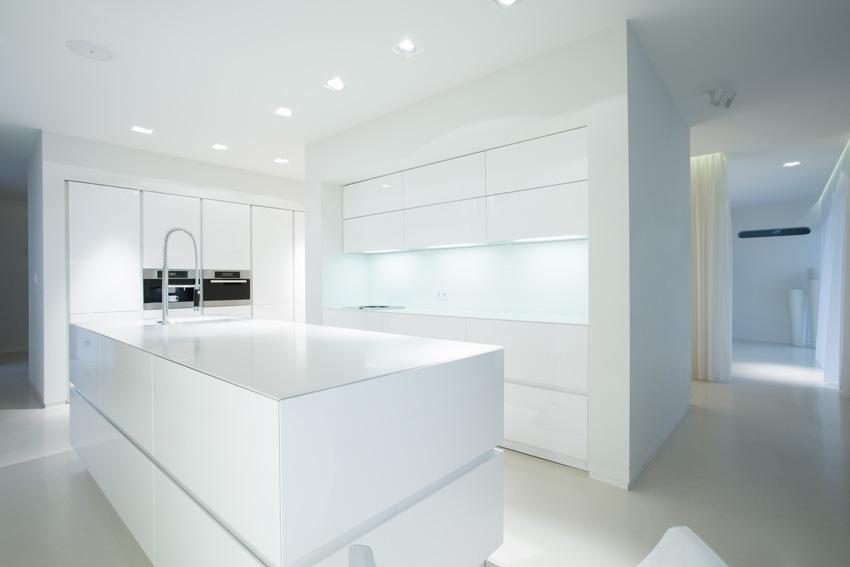cucina dal mood moderno total white, faretti design al soffitto in cartongesso.