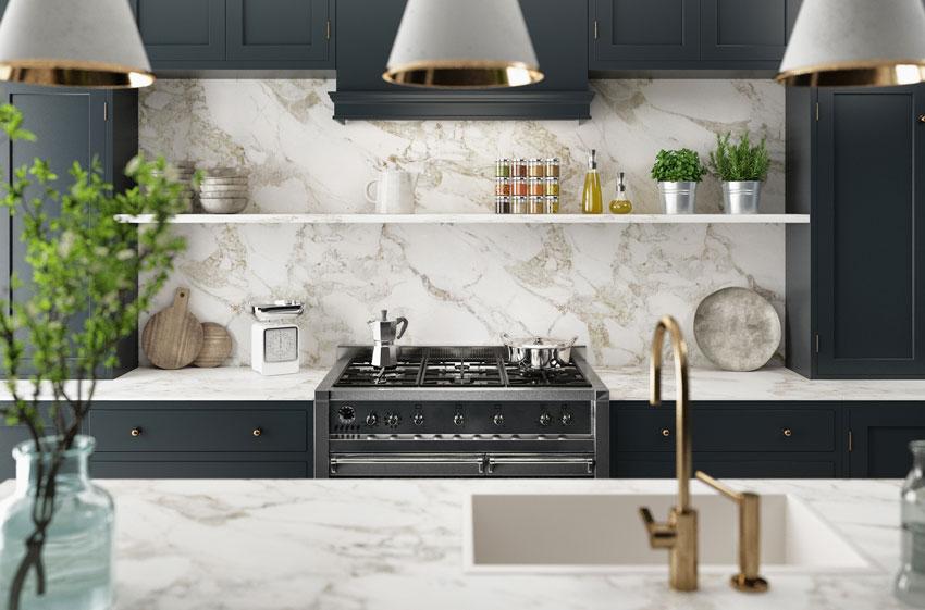 bella cucina con top e paraschizzi in marmo, mobili neri.
