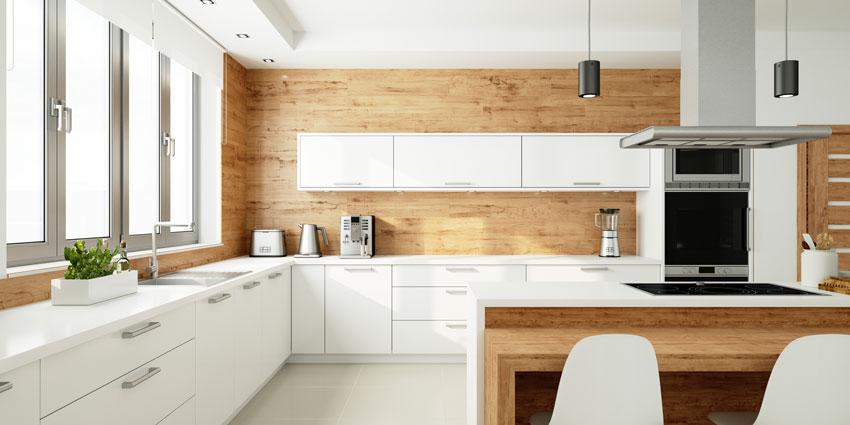 splendida cucina con rivestimenti in legno e mobili bianchi.