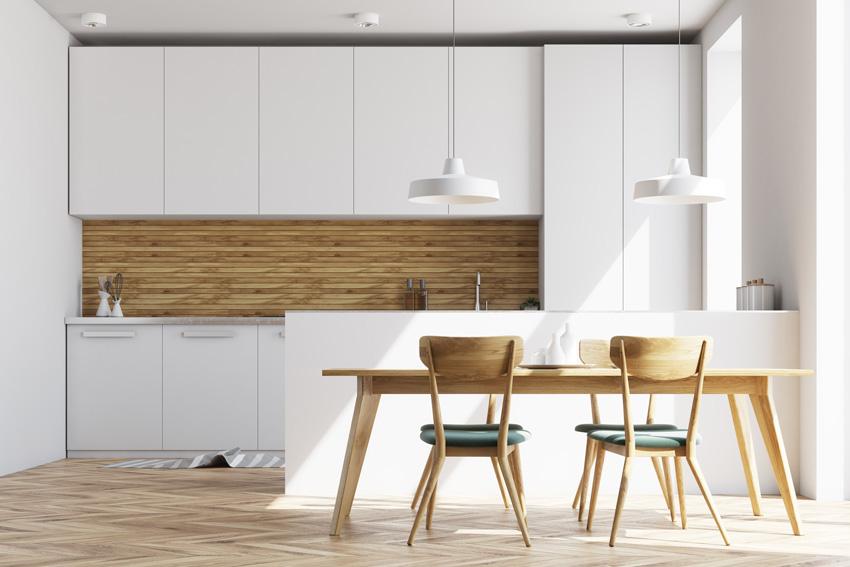 Cucina bianca e legno.