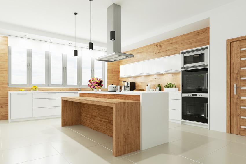 bella cucina moderna bianca con rivestimenti e isola in legno.