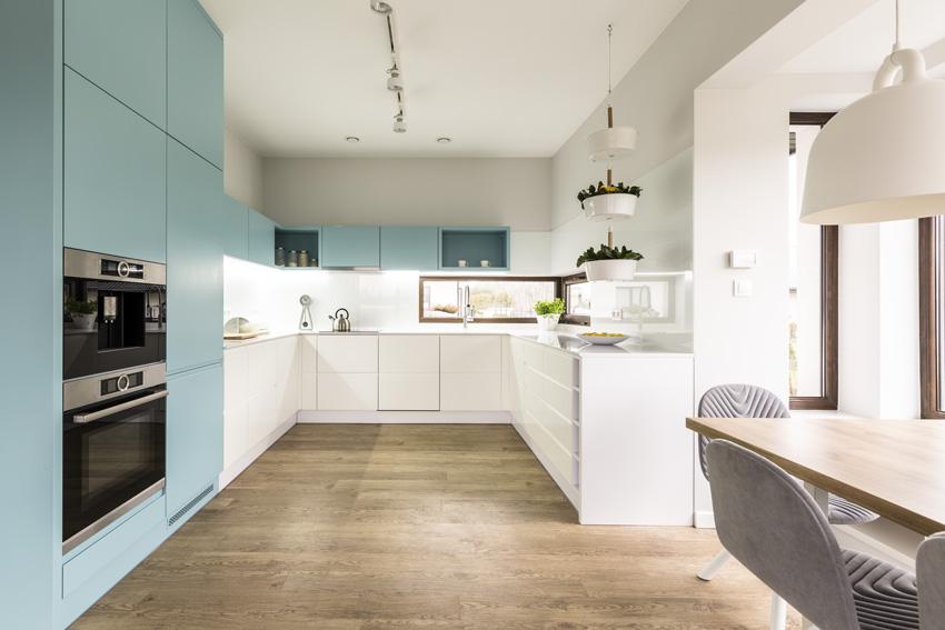 cucina bicolore bianca e azzurra, cucina ad u.