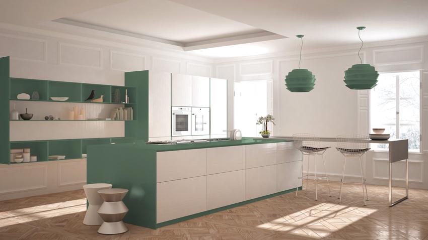 Grande cucina bianca e verde con isola centrale angolare.