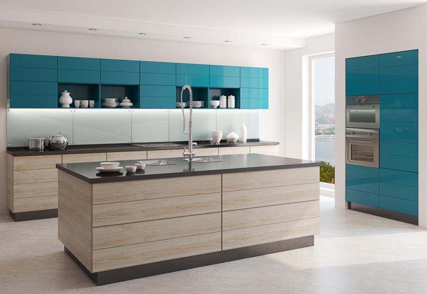 Cucina bicolore legno e celeste.