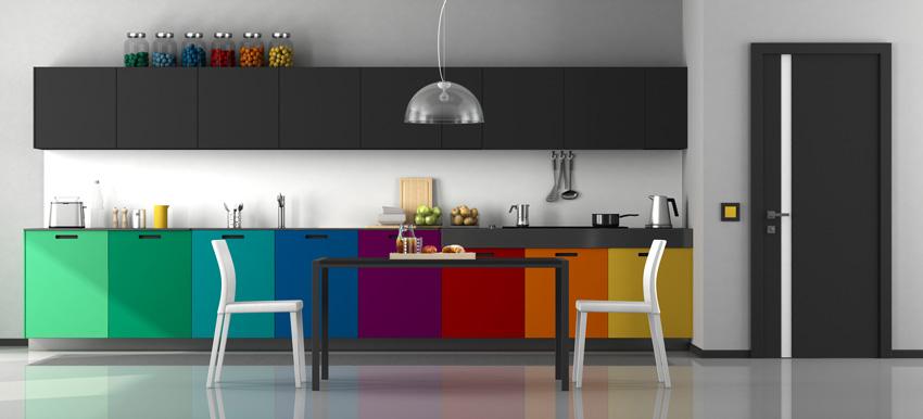 cucina con pensili neri e mobili colore effetto arcobaleno, ideale per uno stile moderno.