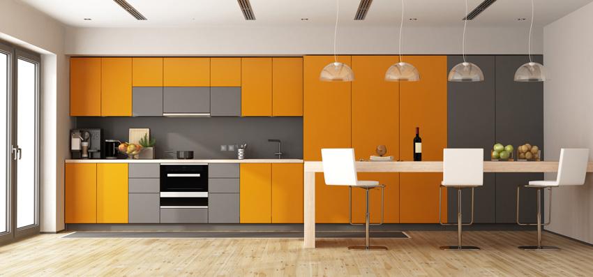 bella cucina lineare grigia e arancione con penisola bianca.