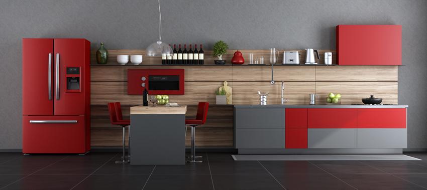 cucina lineare di grande dimensione, stile moderno colore rosso, grigio e legno.