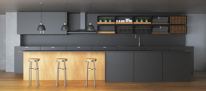 grande cucina lineare nera e legno con belle lampade sospese nere.