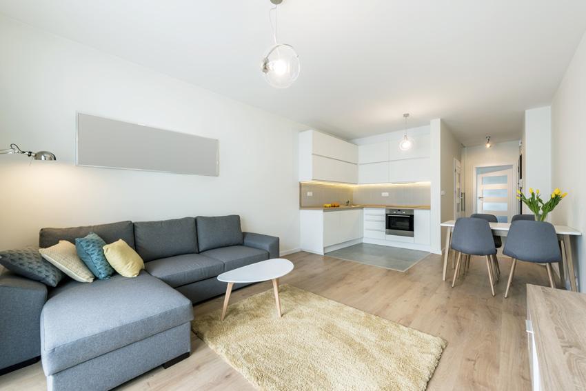 piccola cucina ad angolo open space in un piccolo appartamento.