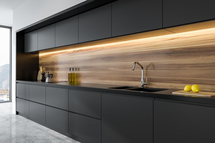 bella cucina nera lineare con illuminazione a led sotto pensili.