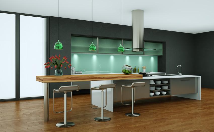 Splendida cucina moderna con grande isola centrale e top in legno, illuminazioni LED e cappa sospesa.