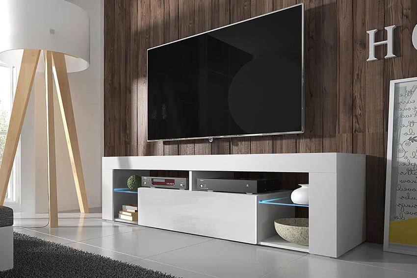mobile tv moderno lineare bianco lucido con parete effetto legno e lampada design.