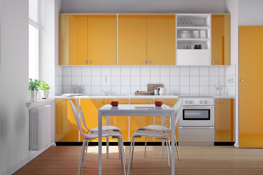 piccola cucina gialla e bianca, ideale per una casa in stile moderno.