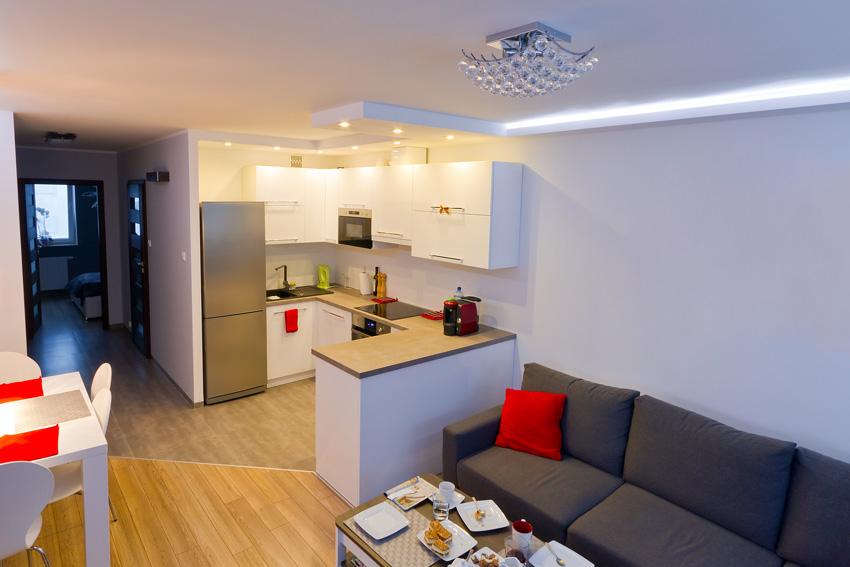 piccola cucina open space con penisola, ideale per piccolo appartamento.