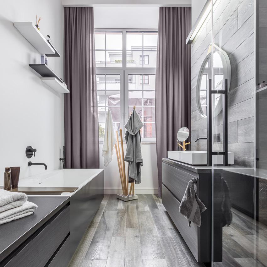 tende moderne tortora per bagno piccolo.