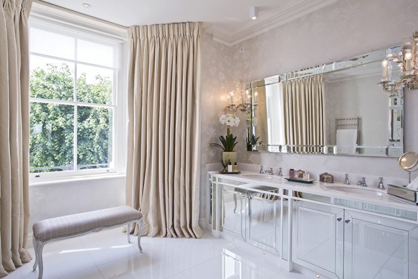 bellissime tende tortora beige, ideale per un bagno moderno.