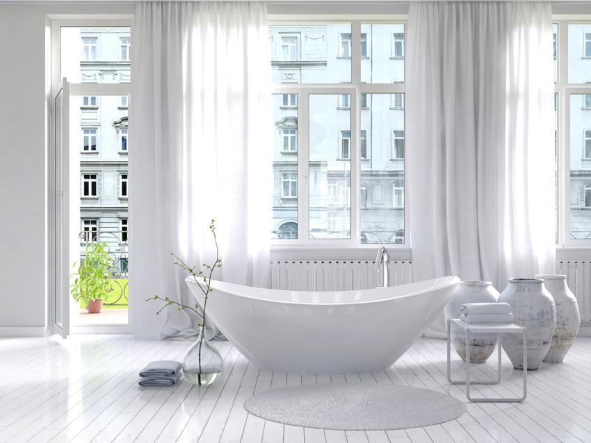 bagno total white con grande tende bianche, vasca da bagno shabby.