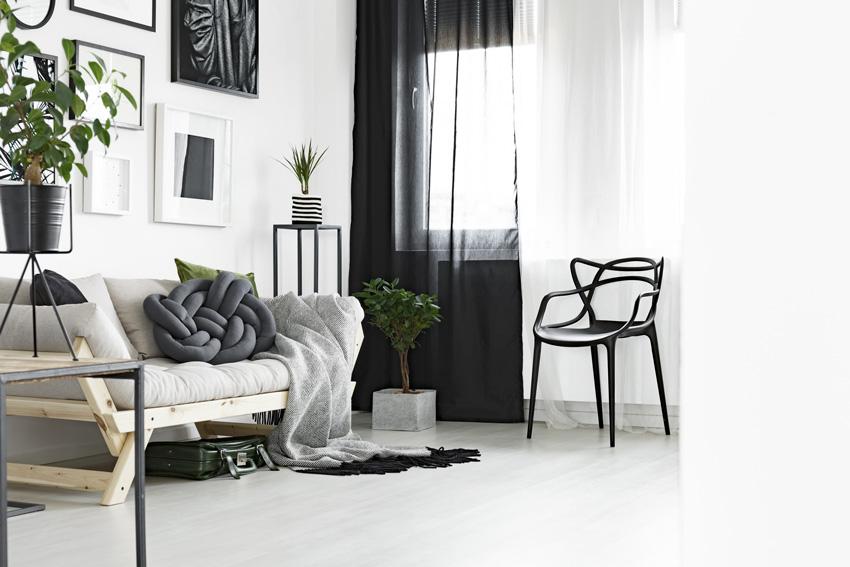 tende moderne bianche e nere trasparenti perfette per arredare il soggiorno.