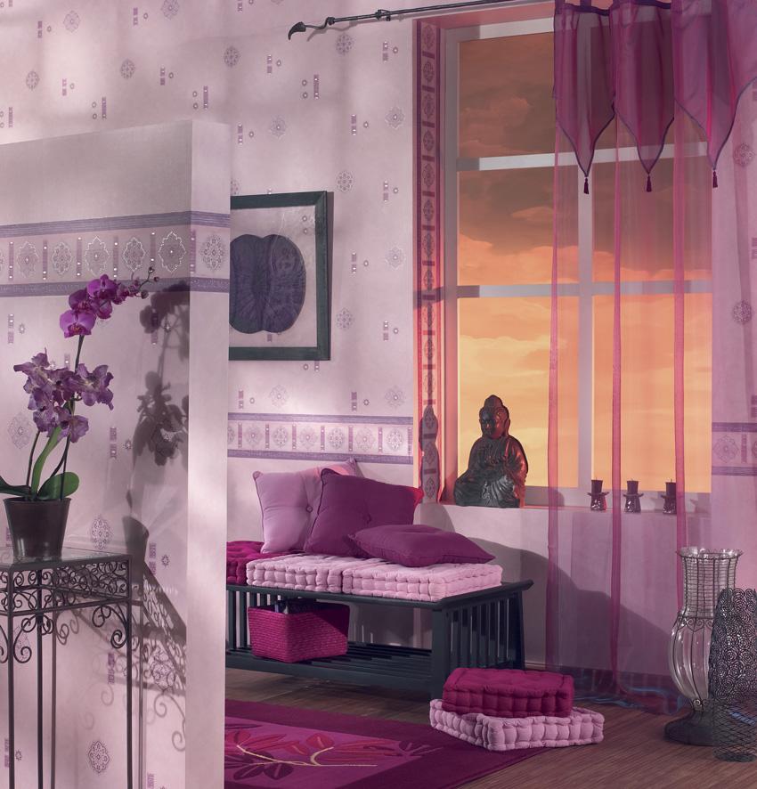 tende moderne a velo viola, ideale per un soggiorno in stile orientale.