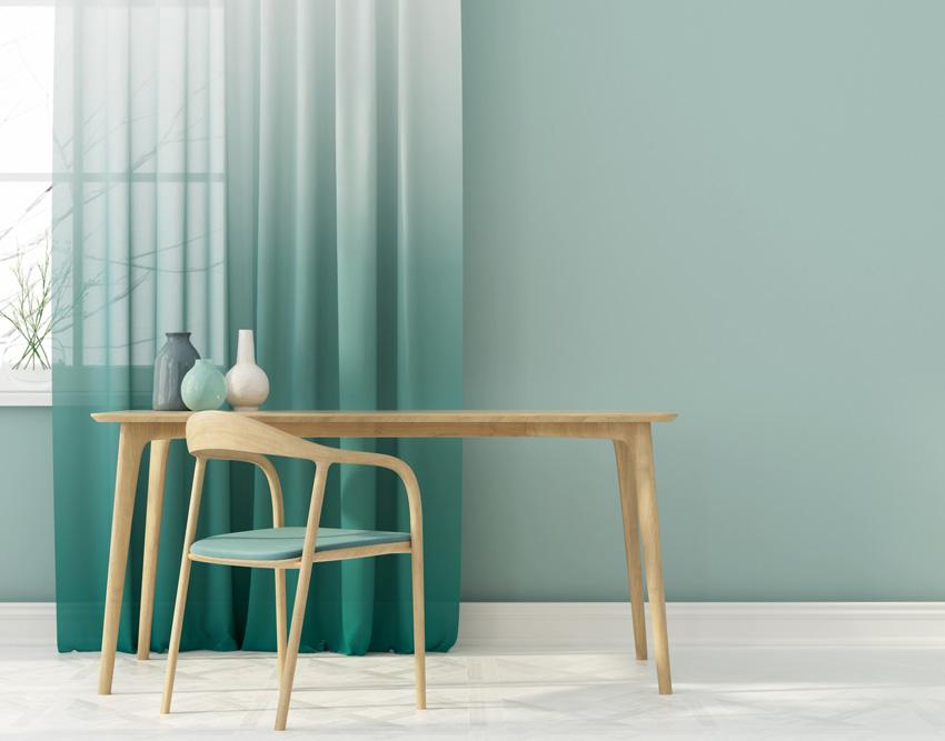 tende moderne con sfumatura dal bianco al verde acqua, bellissime per arredare le finestre in salotto.
