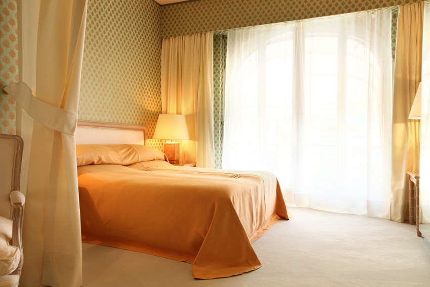 camera da letto colorata con tende gialle e bianche, stile moderno.