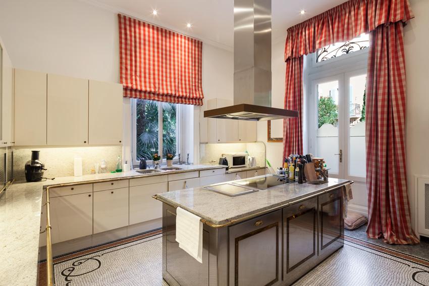 tenda con mantovana a quadretto bianco e rosso, ideale per una cucina in stile country.