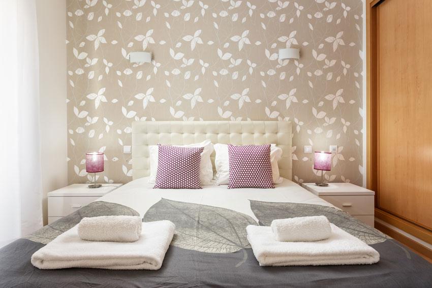 Camera da letto arredata in stile moderno.