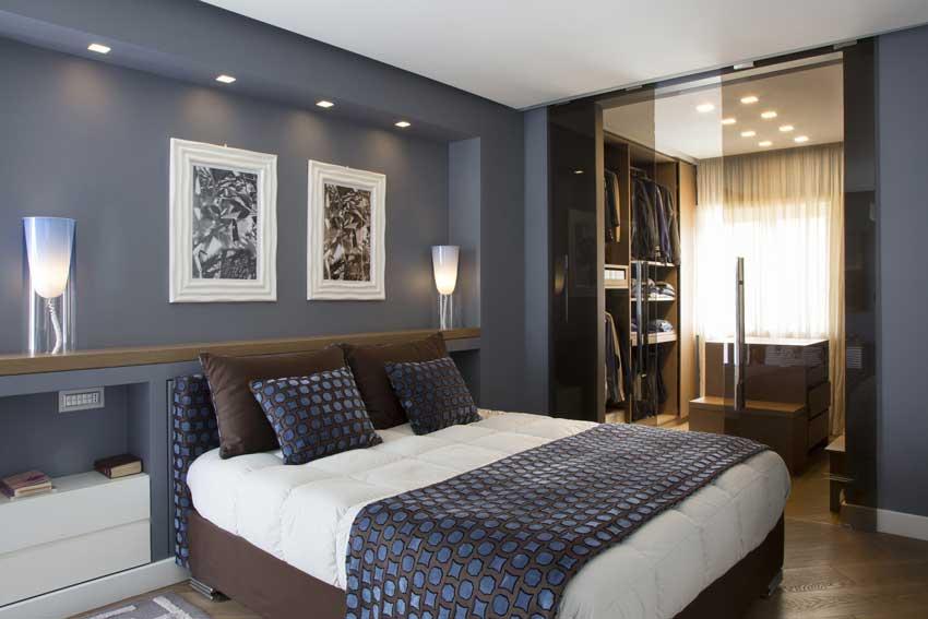camera da letto con pareti realizzate in cartongesso con faretti.