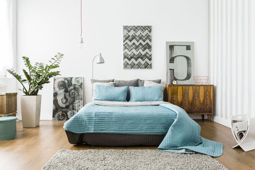 camera da letto con arredamento moderno e piante.
