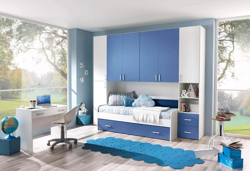 Camera a ponte bianca e azzurra, ideale per un maschietto.