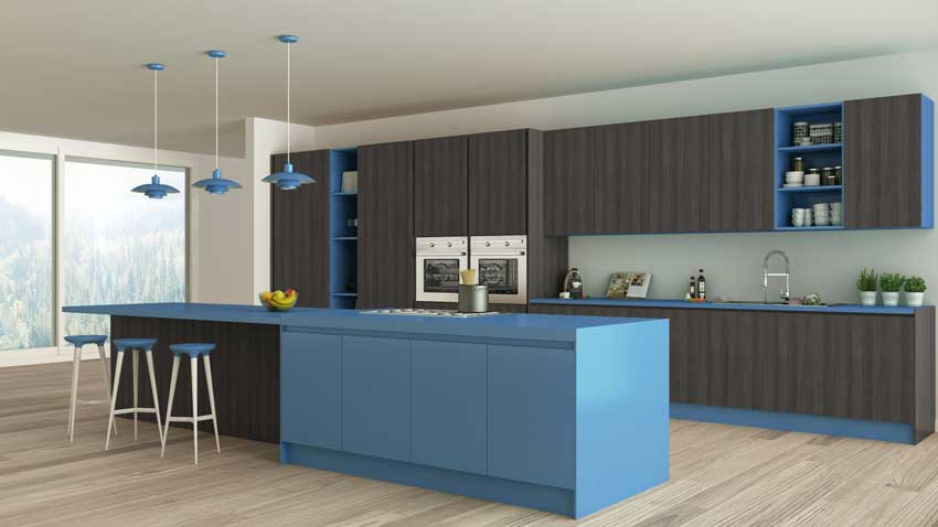Cucina lineare dai colori moderni grigio e blu, grande isola centrale con sgabelli.