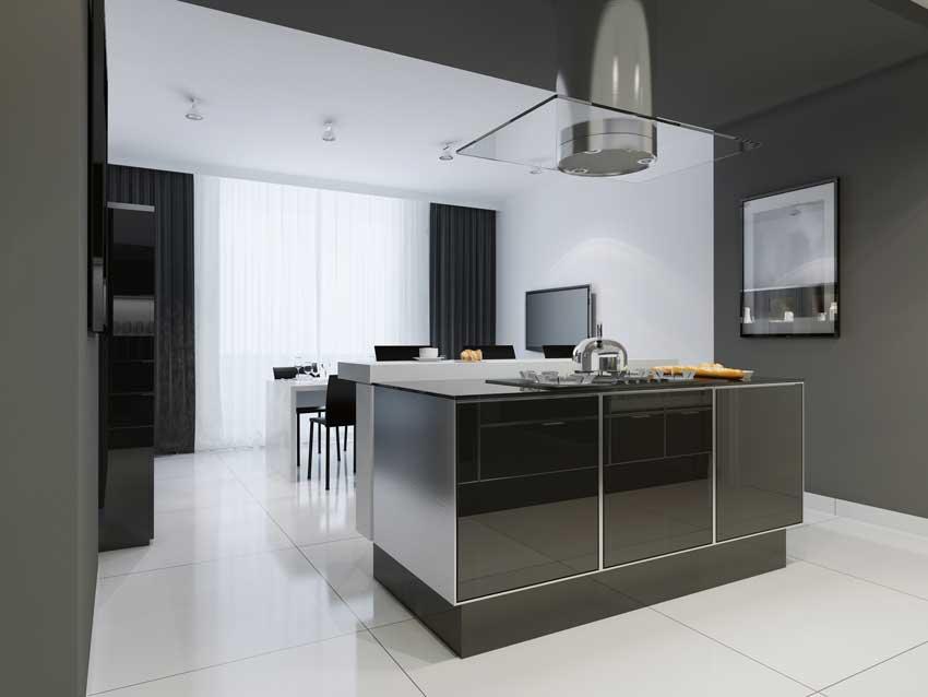 Arredamento moderno in questa cucina laccata nera, cappa in vetro sospeso.