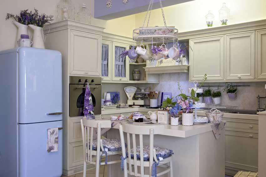 Le cucine con isola in stile country chic, un esempio da cui trarre idee.