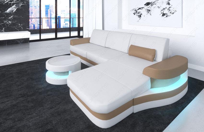 divano in pelle bianca e beige, ideale in un soggiorno moderno.